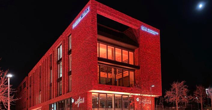 Büro Nacht Backstein Beleuchtung Logo Phoenixwerk